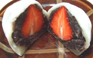 粒あんと餅米で作った大きないちご大福の中身