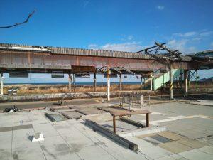津波で破壊され柱しか残っていない富岡駅舎