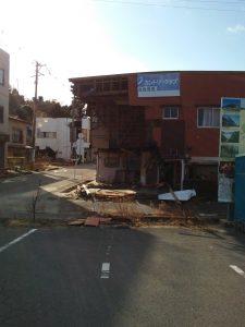 津波で破壊された富岡駅の前
