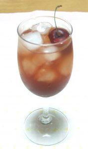 グラスにはいったチェリーブロッサムカクテル