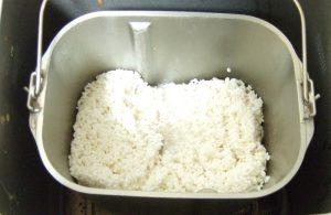 ホームベーカリーに餅米をセット