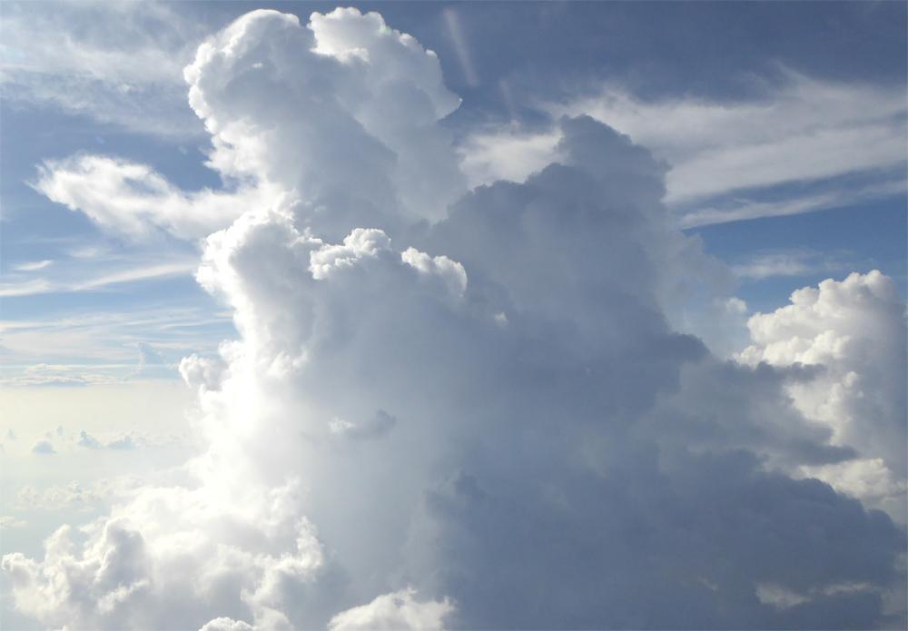 大気の状態が不安定な時に発生する積乱雲