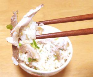 さんまの炊込み御飯箸上げ画像