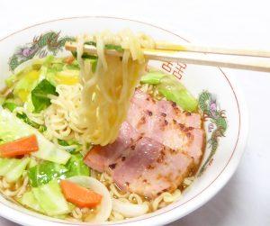 野菜炒め盛り醤油ラーメン卵のせの箸上げ画像