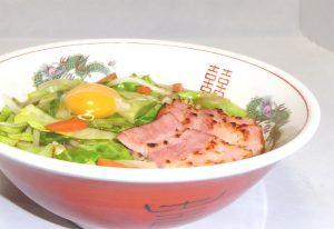 野菜炒め盛り醤油ラーメン卵のせアップ(生卵)