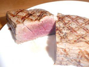 ステーキを切った画像