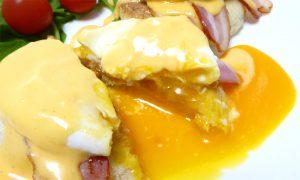 エッグベネディクトの断面で半熟卵