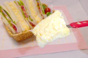 戦都市アスタリスクでユリスが作ったサンドイッチ(卵サンド)の箸上げ画像