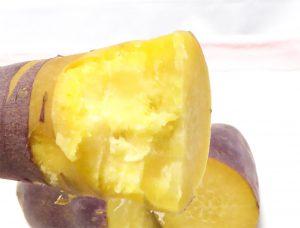 ラムの蒸し芋を手で持ち上げて綺麗な中身が見えている状態