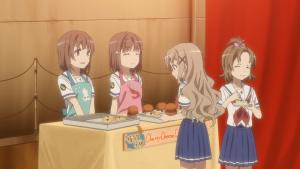 ベリーチーズケーキを売る、左:杵崎あかね、右:杵崎ほまれ