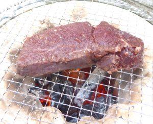 七輪で鹿もも肉を焼く様子
