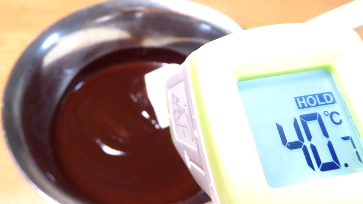 カカオマスにホワイトチョコレートを混ぜる